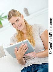 γυναίκα , χρησιμοποιώνταs , δισκίο , ηλεκτρονικός υπολογιστής