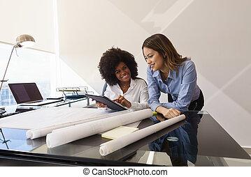 γυναίκεs , συνάδελφος , αρχιτέκτονας , με , δέλτος pc , και , κυανοτυπία