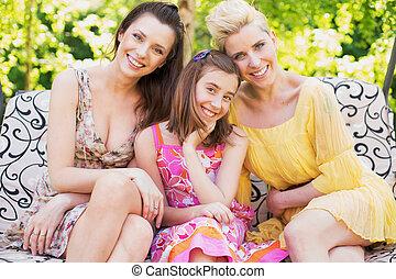 γυναίκεs , χαμογελαστά , φωτογραφηκή μηχανή , τρία , ευτυχισμένος