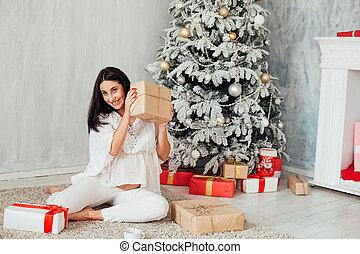 δέντρο , παρόν έγγραφο , κάθονται , ακάλυπτη θέση , έγκυος , xριστούγεννα , γυναίκα