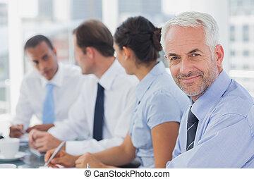 διατυπώνω , χαμογελαστά , επιχειρηματίας , δωμάτιο συναντήσεων