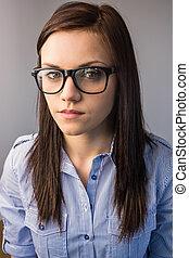 διατυπώνω , όμορφη , γυαλιά , μελαχροινή , κουραστικός , σοβαρός