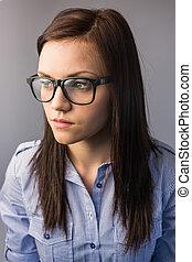 διατυπώνω , όμορφη , γυαλιά , μελαχροινή , προσεκτικός , κουραστικός