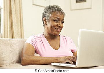 δουλεία χρήσεως laptop , γυναίκα , αρχαιότερος , σπίτι