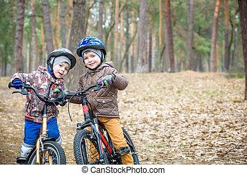 δυο , μικρός , αδελφός ή αδελφή , έχει αστείο , επάνω , πλήθος ανθρώπων , μέσα , φθινόπωρο , ή , άνοιξη , forest., selective ακριβής , επάνω , boy.