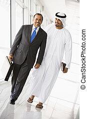 δυο , businessmen , περίπατος , μέσα , δίδρομος , χαμογελαστά , (high, key/selective, focus)