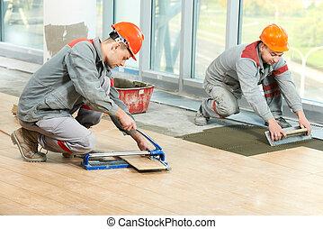 δυο , tilers , σε , βιομηχανικός , πάτωμα , σκέπασμα με...