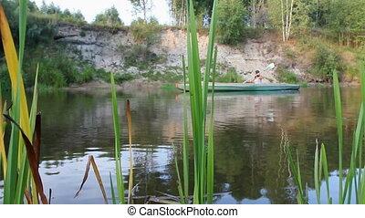 είδος ξύλινης βάρκας , ποτάμι , κορίτσι
