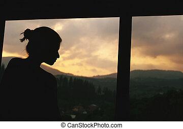 ειρήνη , περίγραμμα , βλέπω , στιγμή , διάστημα , μανιώδης της τζάζ , ηλιοβασίλεμα , ξύλινος , καλοκαίρι , εξοχικό , γαλήνιος , γυναίκα , παράθυρο , βουνά , εδάφιο
