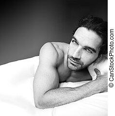 ελκυστικός προς το αντίθετον φύλον , ανήρ αναμμένος κρεβάτι