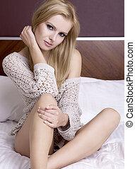ελκυστικός προς το αντίθετον φύλον , πουλόβερ , νέος , ξανθή...