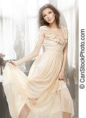 ελκυστικός προς το αντίθετον φύλον , φόρεμα , μελαχροινή , διατυπώνω , υπέροχος