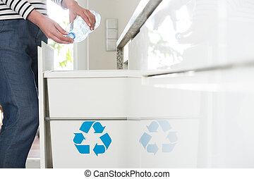 ενήμερος , νοικοκυρά , ανακύκλωση , αγαλματώδης δέμα