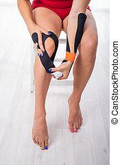 εναλλακτικός , ιατρική θεραπεία , leg., ταινία , δικός του , knee., τένοντας , γυναίκα , άρθρωση , χρόνιος , φυσιοθεραπεία , ακουμπώ , αρθρώσεις , injuries., αθλητής , φλόγωση