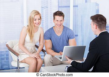 εξήγηση , οικονομικός , laptop , επένδυση , σχέδιο , σύμβουλος , ζευγάρι