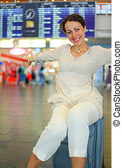 εξαίσιος γυναίκα , αποσκευέs , κάθονται , νέος , δικό τουs , αεροδρόμιο , αίθουσα