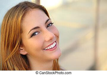 εξαίσιος γυναίκα , με , ένα , τέλειος , άσπρο , χαμόγελο , και , αβρός αποφλοιώνω