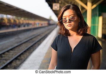 εξαίσιος γυναίκα , περιηγητής , νέος , αναμονή , θέση , ασιάτης , σιδηρόδρομος