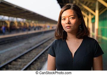 εξαίσιος γυναίκα , περιηγητής , σκεπτόμενος , νέος , θέση , ασιάτης , σιδηρόδρομος