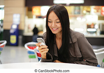 εξαίσιος γυναίκα , dof., κινητός , αβαθές μέρος , ανώριμος ατενίζω , τηλέφωνο. , χαμογελαστά