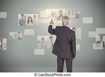 επεμβαίνω , ανώτερης κοινωνικής τάξης , ακαταλαβίστικος , αποκλειστικός , επιχειρηματίας