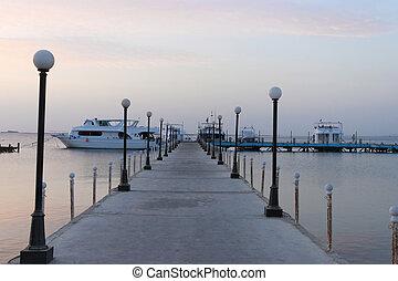 επιβιβάζω , sky., λεπτό , αποβάθρα , sunrise., sea., θάλασσα...