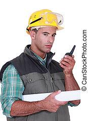 επιστάτης , επικοινωνώ , νέος , ραδιόφωνο , χρησιμοποιώνταs