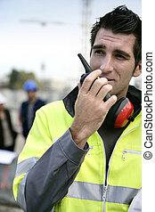 επιστάτης , με , ένα , φορητό ραδιοτηλέφωνο