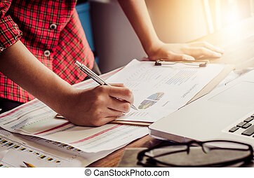 επιχειρηματίας , αμπάρι paperwork , επί τάπητος , και , αναλύω , επένδυση , χάρτης , εργαζόμενος , μέσα , ακολουθία. , επιχείρηση , δουλειά , concept.