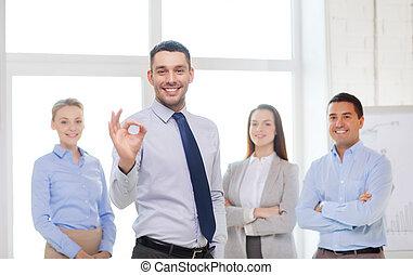 επιχειρηματίας , εκδήλωση , ok-sign, χαμογελαστά , γραφείο