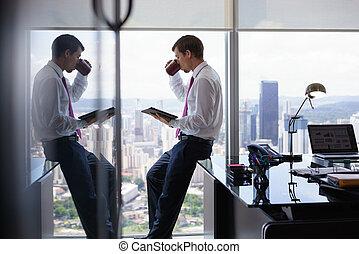 επιχειρηματίας , με , coffe άγιο δισκοπότηρο , διάβασμα , νέα , επάνω , δισκίο