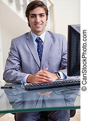 επιχειρηματίας , χαμογελαστά , δικός του , ηλεκτρονικός υπολογιστής , κάθονται