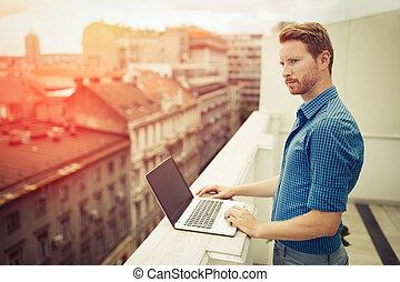 επιχειρηματίας , rooftop , εργαζόμενος