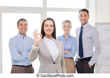 επιχειρηματίαs γυναίκα , εκδήλωση , ok-sign, χαμογελαστά , γραφείο