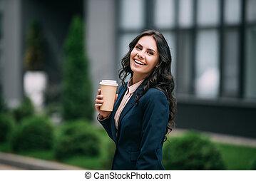 επιχειρηματίαs γυναίκα , καφέs , διαθέσιμος άγιο δισκοπότηρο