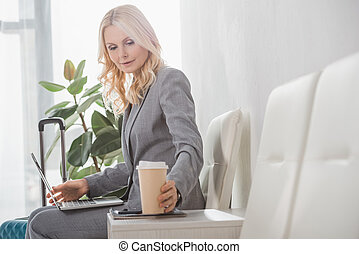 επιχειρηματίαs γυναίκα , καφέs , χάρτινο ποτήρι