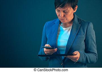 επιχειρηματίαs γυναίκα , χρησιμοποιώνταs , ευκίνητος τηλέφωνο , και , δισκίο , ηλεκτρονικός υπολογιστής