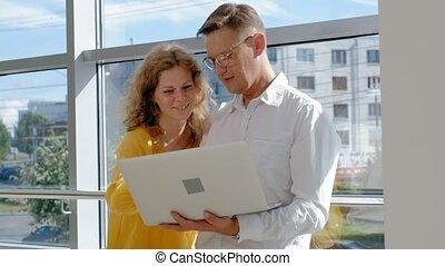 επιχειρηματίαs γυναίκα , laptop , παράθυρο , ώριμος , επιχειρηματίας