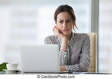 επιχειρηματίαs γυναίκα , laptop , σύγχυσα , ατενίζω , online , πρόβλημα , ενόχλησα
