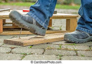 εργάτης , με , ασφάλεια αρβύλα , βήματα , επάνω , ένα , καρφί