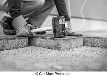 εργάτης , με γραμμές , καινούργιος , λιθόστρωση , τούβλα , ή , βγάζω τα κουκούτσια , βάζω , αυτούς , αναμμένος αξίωμα , με , ένα , καουτσούκ ματσόλα