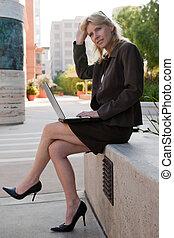 εργαζόμενος , επιχειρηματίαs γυναίκα , σαράντα , ελκυστικός , έξω , καυκάσιος
