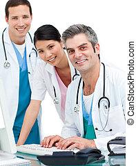 εργαζόμενος , ιατρικός εργάζομαι αρμονικά με , ηλεκτρονικός υπολογιστής