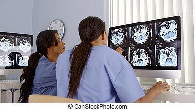 εργαζόμενος , υπολογιστές , δυο , μαζί , γυναίκα , γιατροί , ανατρέφω αντίκρυσμα του θηράματος