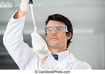 ερευνητής , πλήρωση , διάλυμα , εντός , πειραματικός σωλήνας