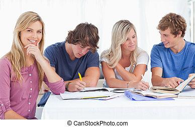 ευθυμία , σύνολο , εργαζόμενος , αυτήν , σκεπτόμενος , μελέτη , σκληρά , εις , φωτογραφηκή μηχανή , πηγούνι , παρουσιαστικό , κορίτσι , χέρι , έκφραση