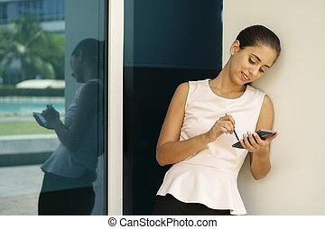 ευτυχισμένος , αρμοδιότητα γυναίκα , δακτυλογραφία , με , πένα , επάνω , smartphone