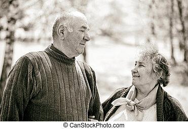 ευτυχισμένος , ηλικιωμένος ανδρόγυνο