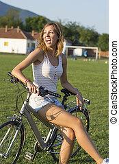 ευτυχισμένος , κορίτσι , κάθονται , επάνω , ποδήλατο , επάνω , ο , μπάλα ποδοσφαίρου αγρός