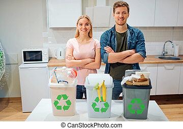 ευτυχισμένος , προστατεύω , βαθμός , γραφικός , οικογένεια , ανακύκλωση , νέος , σκουπίδια , environment., πράσινο , βάζω , σπατάλη , εικόνα , home., δοχείο , κουζίνα